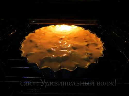 приготовление пирога с фруктами