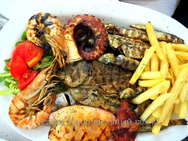 ассорти из морепродуктов и рыбы в ассортименте по-гречески