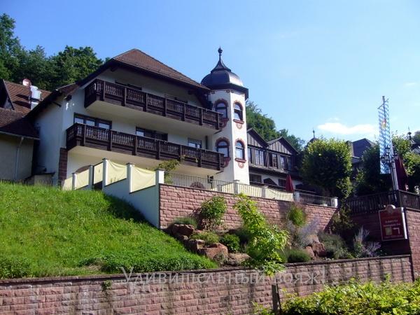hotel возле замка Mespelbrunn
