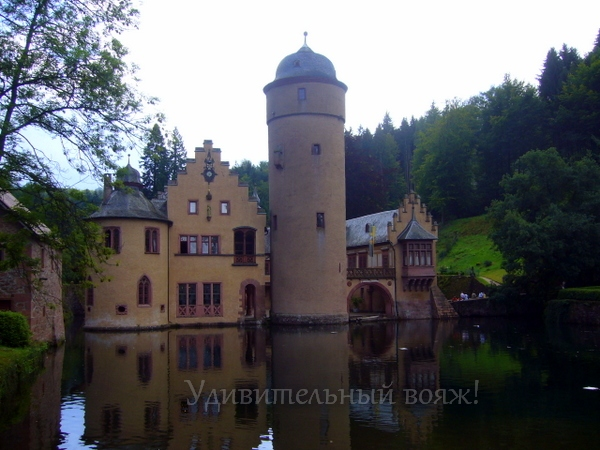 замок на воде Меспельбрунн ( Mespelbrunn)