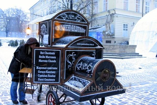 в городе Львове продают жаренные каштаны