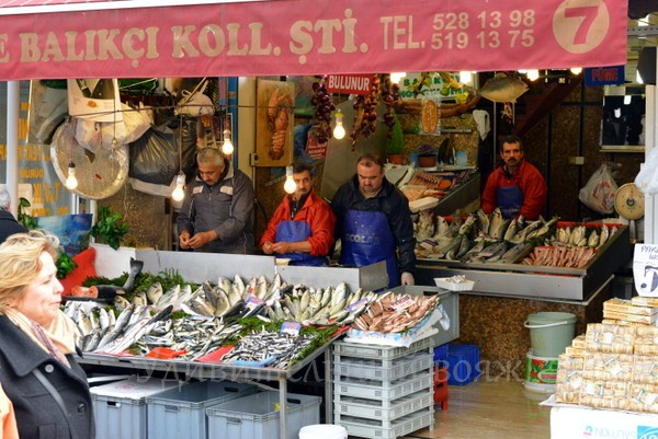 продавцы рыбы в Стамбуле