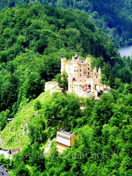 Вдалеке хорошо виден еще один баварский желтый замок Хоэншвангау, в нем прошло детство короля Людвига II.
