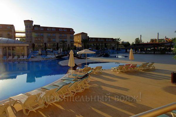 на территории отеля Grand Pearl Beach Resort