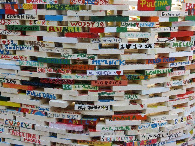 разноцветная стена в Праге, фонд помощи детям инвалидам