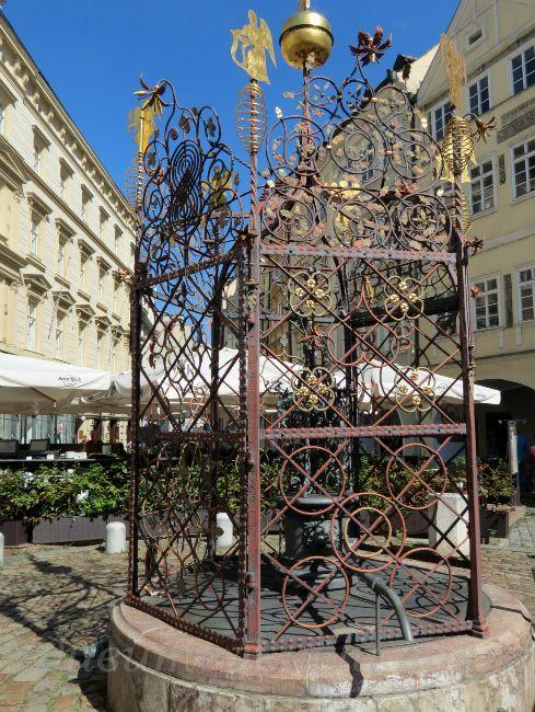 старинный колодец в Праге