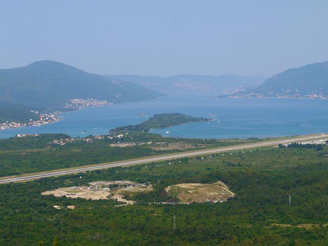 Вид на взлетно-посадочную полосу с горы