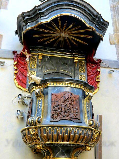кафедра в храме Девы Марии Снежной