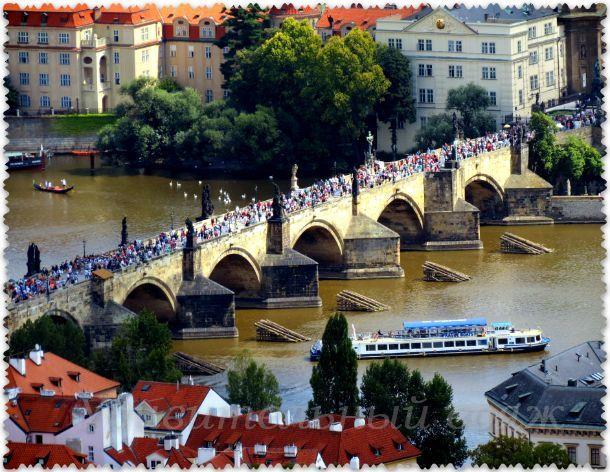 Вид на Карлов мост с Петршинской башни