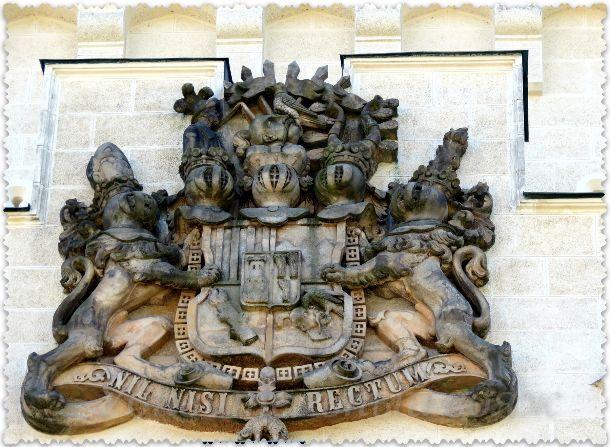 герб с надписью «NIL NISI RECTUM» — «Ничего кроме справедливости»