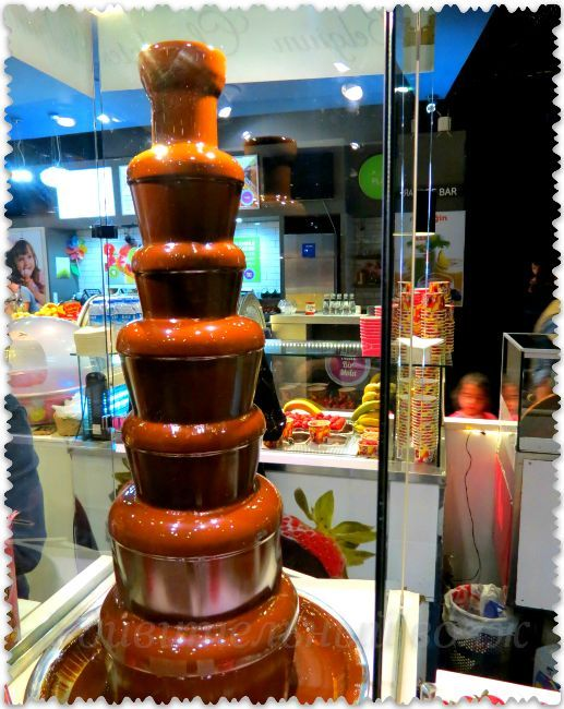 кафе с десертами в аквариуме Стамбула