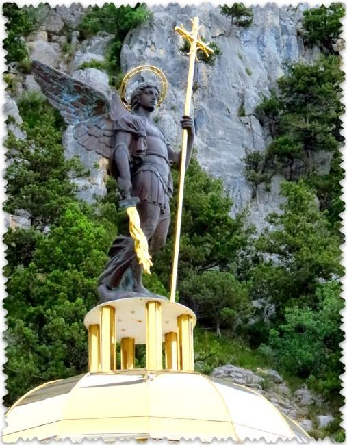 Arhangel Mihail na vidovoj ploshhadke hrama
