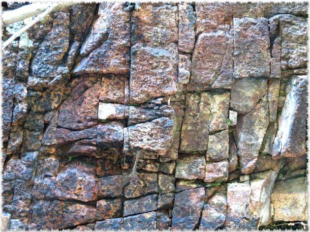 скалы в ущелье Медовые водопады