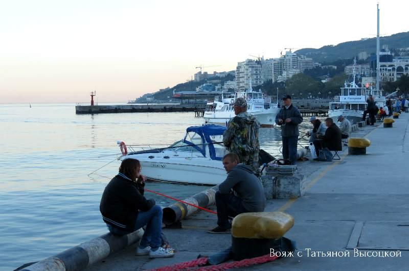 rybaki na naberezhnoj Jalty
