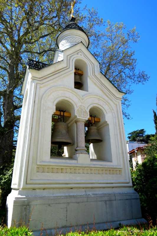 Kolokol'nja rjadom s Krestovozdvizhenskoj cerkov'ju v Livadii