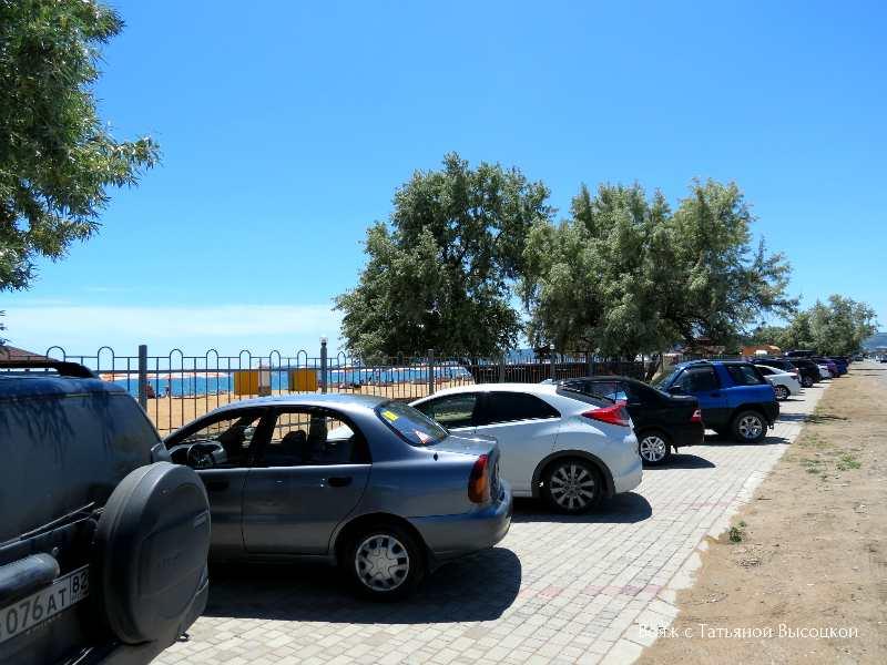 parkovka vozle pljazha «Alye parusa» v Feodosii
