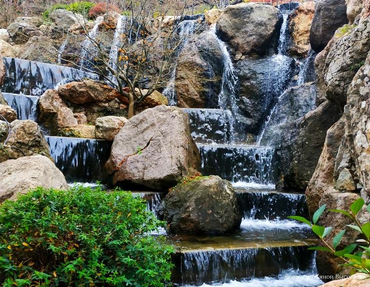 vodopad-v-yaponskom-sadu