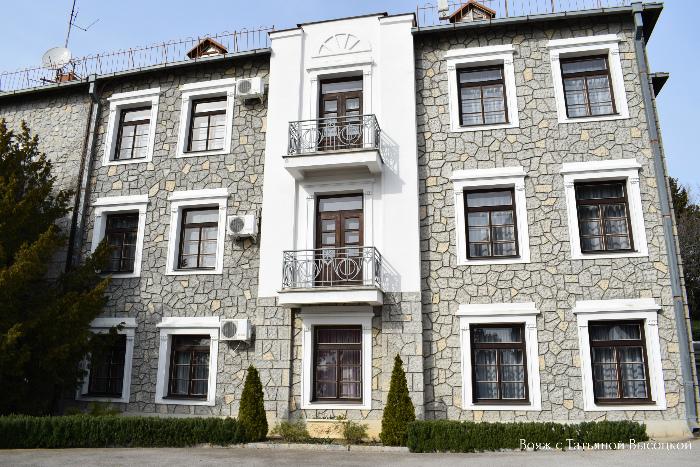 На небольшом расстоянии от Юсуповского дворца расположен Голицынский дворец, он выполняет функцию гостевого дома. В доме восемь 2-х, 3-х и 4-х комнатных номеров на 23 человека. Для экскурсионного обзора этот дворец закрыт.